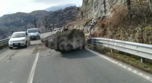 Susa, crolla un masso sulla statale 25 del Moncenisio