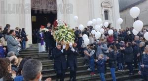 Chiusa Michele: palloncini in cielo per l'ultimo abbraccio a Maura Viceconte