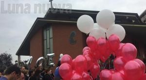 Orbassano, lacrime e palloncini per l'ultimo saluto a Giuseppe e Nicole