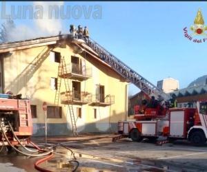 Brucia il tetto, condominio evacuato a Bardonecchia