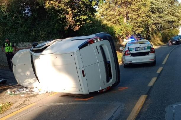 Rivoli, furgoncino ribaltato: ferito il conducente